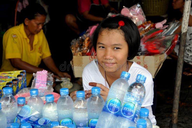 Banguecoque, Tailândia: Menina no mercado de Chatuchak imagens de stock