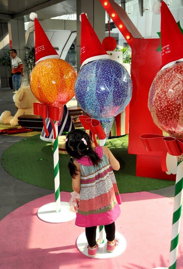 Banguecoque, Tailândia: Menina que admira decorações do Natal fotografia de stock royalty free