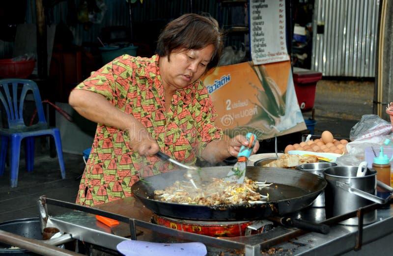 Banguecoque, Tailândia: Mulher que cozinha a almofada tailandesa foto de stock royalty free