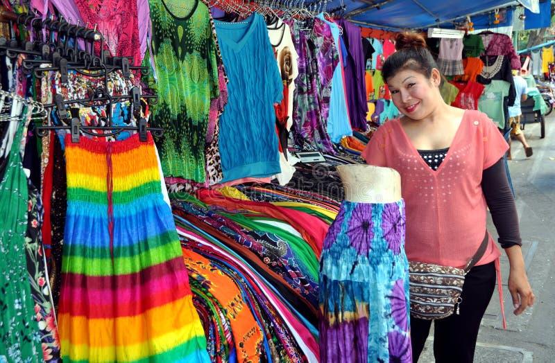 Banguecoque, Tailândia: Mulher que vende a roupa fotografia de stock royalty free
