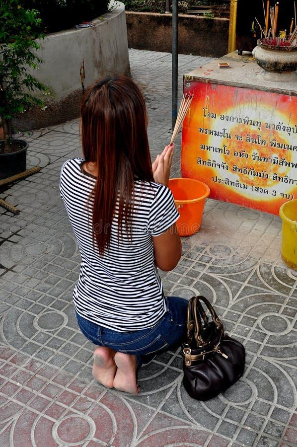 Banguecoque, Tailândia: Mulher tailandesa que Praying fotografia de stock