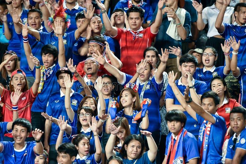 BANGUECOQUE TAILÂNDIA NOV12: 2015 fãs não identificados do suppo de Tailândia fotografia de stock
