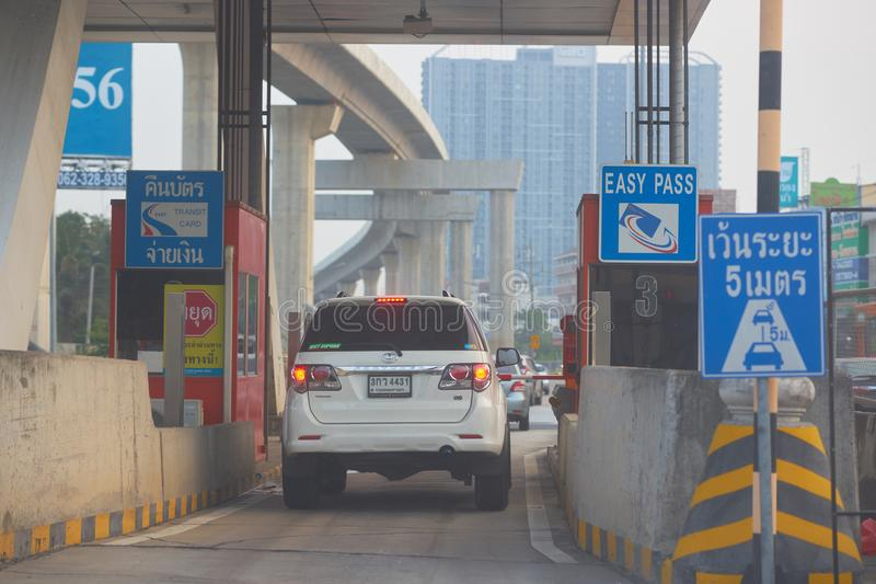 Banguecoque, Tailândia, o 19 de fevereiro de 2018, carro que passa através da entrada imagens de stock royalty free