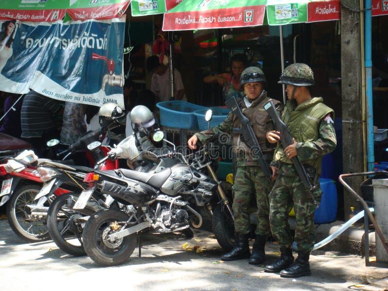 Banguecoque/Tailândia - 04 30 2010: O exército toma o controle das ruas foto de stock