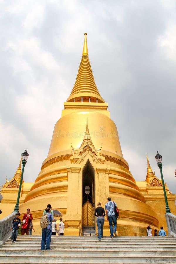 Banguecoque, Tailândia-outubro 8,2010: Pragoda do ouro na visita lateral dos povos do kaew do phra do wat porque o bonito em Tail fotos de stock