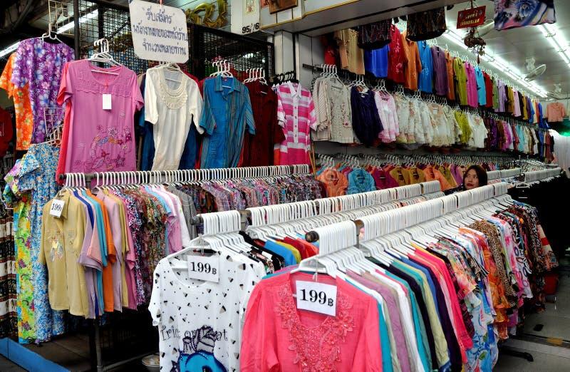 Banguecoque, Tailândia: Pouca loja da roupa de India imagens de stock royalty free
