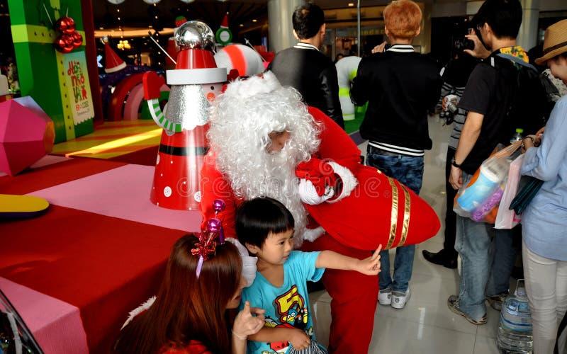 Banguecoque, Tailândia: Santa Claus Posing com crianças fotografia de stock royalty free