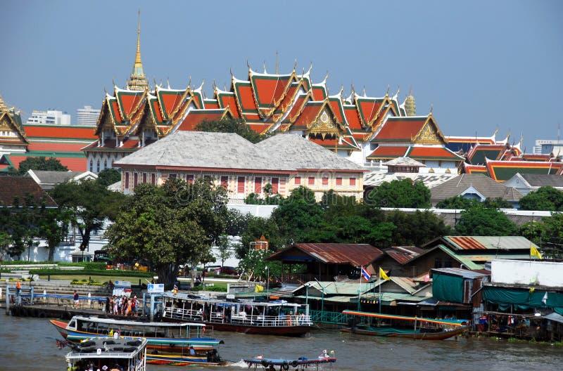 Banguecoque, Tailândia: Telhados grandes do palácio imagem de stock royalty free
