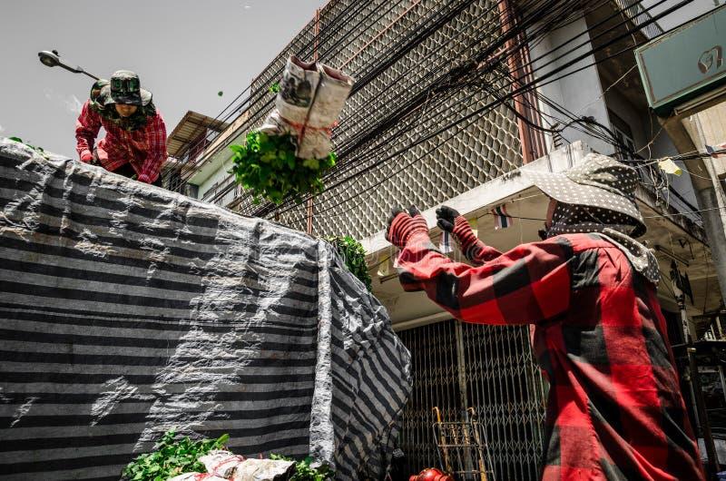 Banguecoque, Tailândia: Trabalhadores ou empregados que levam flores foto de stock