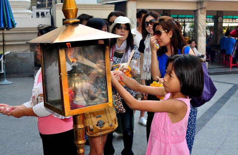 Banguecoque, Tailândia: Varas do incenso de Lighing da menina fotos de stock royalty free