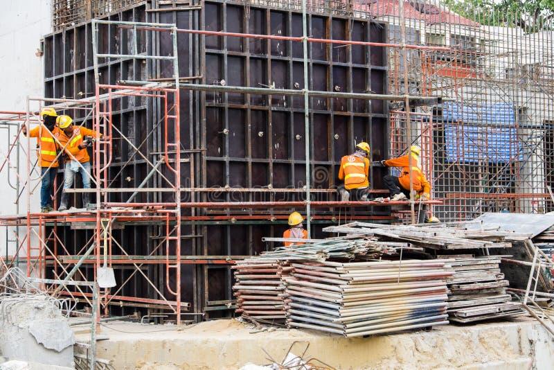 BANGUECOQUE, TAILÂNDIA - 1º de dezembro de 2017: Trabalhadores da construção em c fotografia de stock royalty free