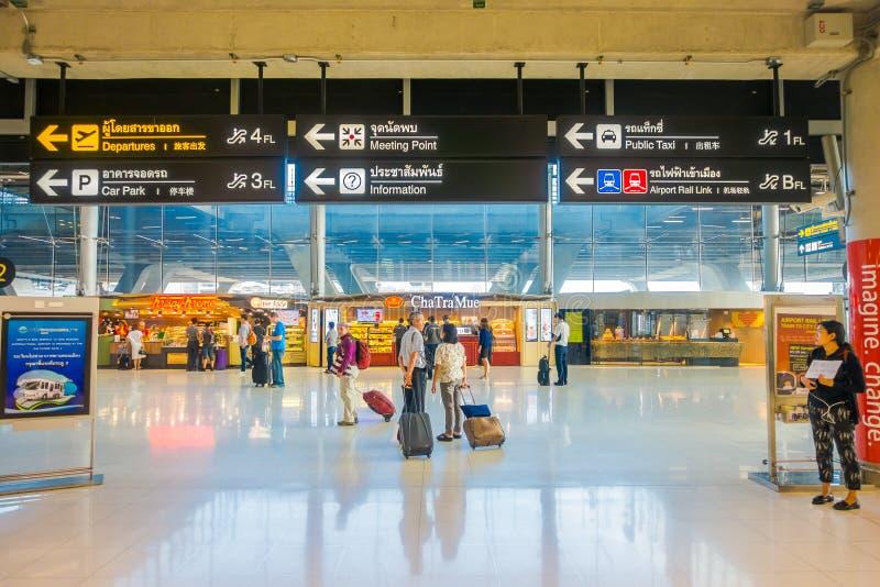 BANGUECOQUE, TAILÂNDIA - 1º DE FEVEREIRO DE 2018: Acima da ideia do sinal informativo com os povos não identificados na área da c foto de stock royalty free