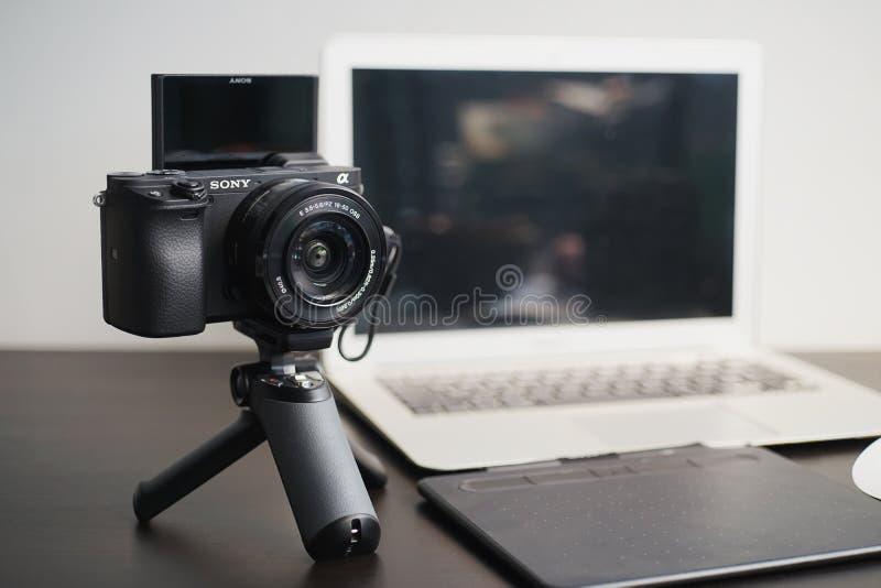 BANGUECOQUE, TAILÂNDIA 26 DE ABRIL DE 2019: Equipamento profissional da fotografia dos fotógrafo no estúdio Sony a6400 com lente  imagem de stock