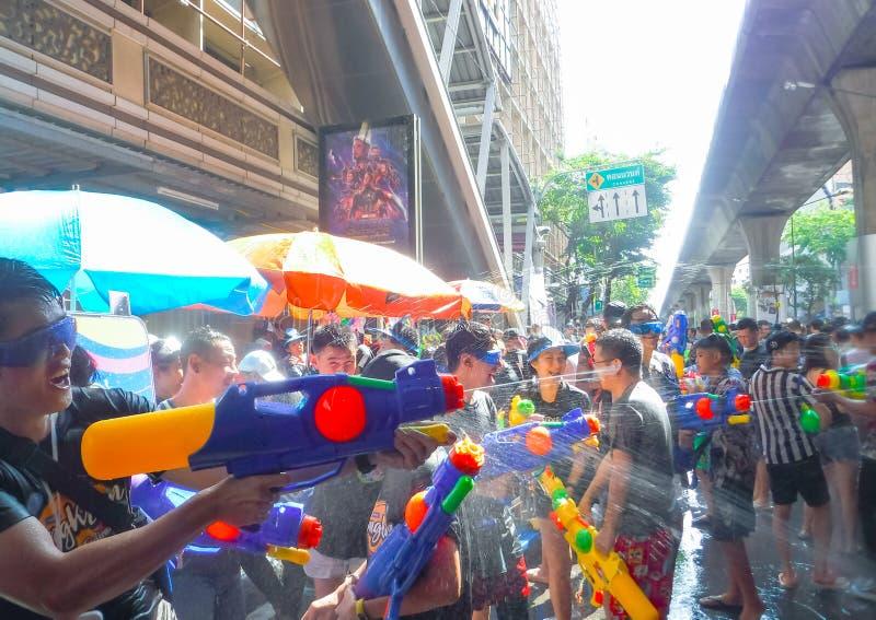 BANGUECOQUE, TAILÂNDIA - 13 DE ABRIL: O festival de Songkran em Banguecoque molha o 13 de abril de 2019 o espirro do divertiment fotografia de stock