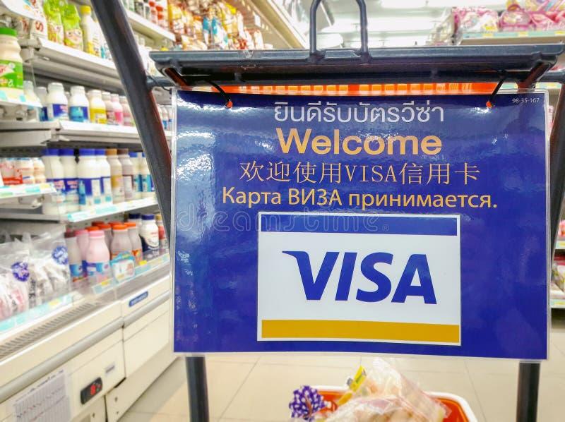 BANGUECOQUE, TAILÂNDIA - 22 DE ABRIL: Os cartões de crédito do visto aceitaram inteiramente na loja 7-Eleven conveniente em Bangu fotos de stock royalty free