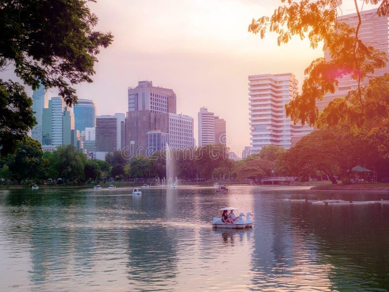 BANGUECOQUE, TAILÂNDIA - 11 de abril de 2019: Vistas da construção de gabinetes distritais de Silom no crepúsculo de um dia nebul fotos de stock royalty free