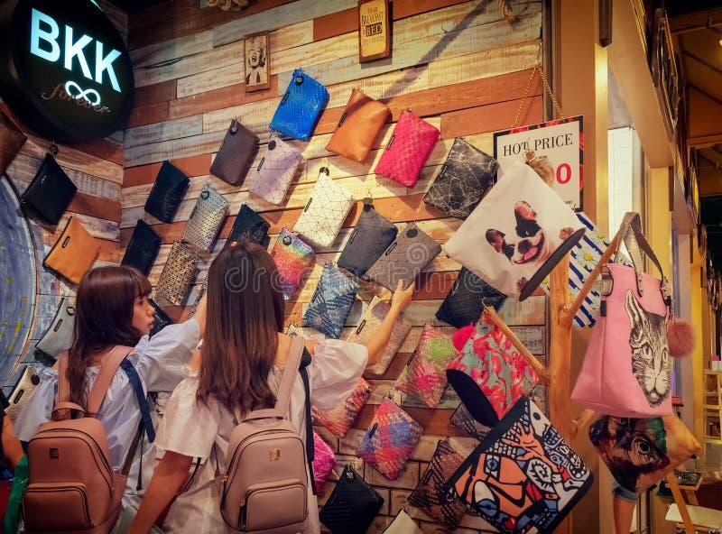 BANGUECOQUE, TAILÂNDIA - 26 DE AGOSTO: Os clientes não identificados selecionam sacos de mão feitos a mão feitos sob encomend foto de stock