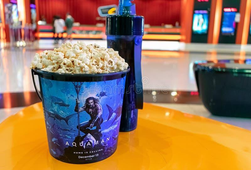 BANGUECOQUE, TAILÂNDIA - 25 DE DEZEMBRO DE 2018: Aqua Man Souvenir Popcorn Bucket na frente da bilheteira fotografia de stock