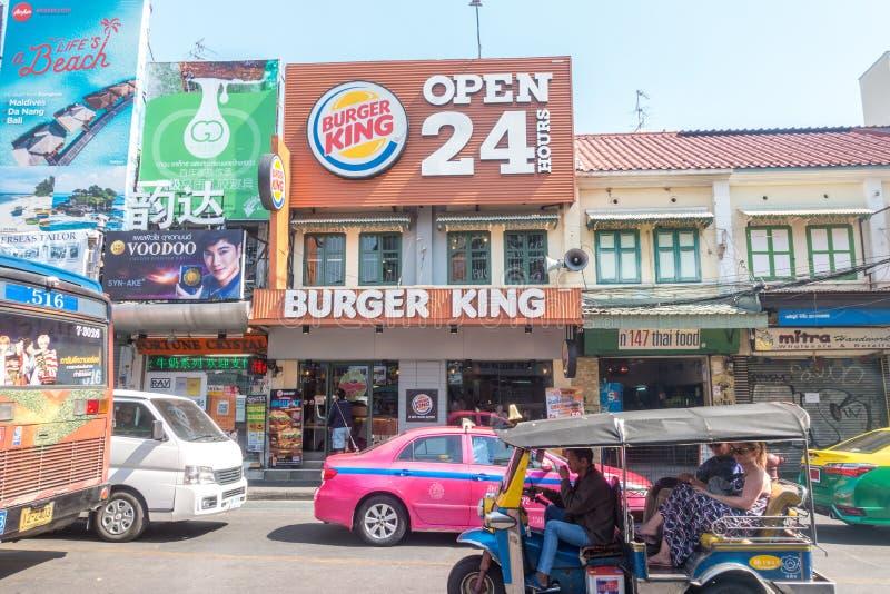 BANGUECOQUE, TAILÂNDIA - 21 de dezembro de 2017: Burger King Advertisement na estrada de Khao San em Banguecoque fotografia de stock