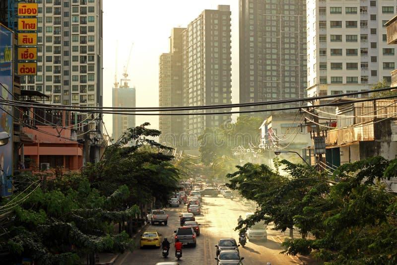 Banguecoque, TAILÂNDIA - 15 de dezembro de 2018: Por do sol tonificado vintage sobre arranha-céus, opinião de baixo ângulo dos ar foto de stock royalty free