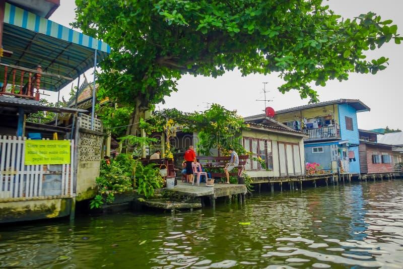 BANGUECOQUE, TAILÂNDIA - 9 DE FEVEREIRO DE 2018: Opinião exterior povos não identificados em flutuar a casa pobre em Chao Phraya imagens de stock royalty free
