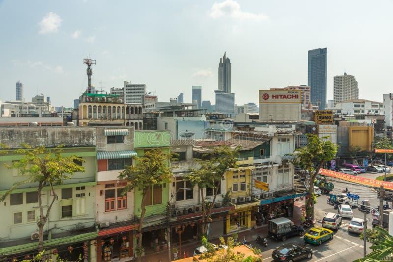 BANGUECOQUE, TAILÂNDIA - 14 de fevereiro de 2019 vista às construções e aos telhados da cidade de Banguecoque, Tailândia durante  foto de stock
