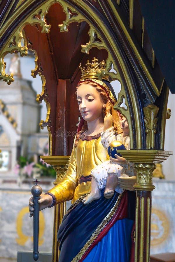 BANGUECOQUE, TAILÂNDIA – 16 DE JULHO DE 2019: Estátua de Mary e de Jesus dentro da igreja santamente do rosário, Banguecoque, Tai imagem de stock royalty free