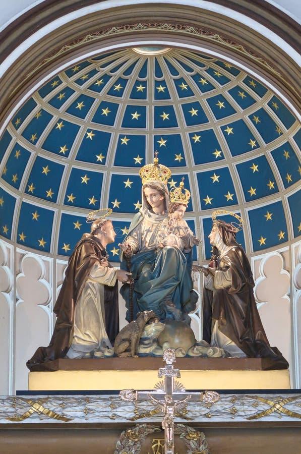 BANGUECOQUE, TAILÂNDIA – 16 DE JULHO DE 2019: Estátua de Mary, de Jesus, de St Catherine e de St Dominic dentro da igreja santame imagem de stock