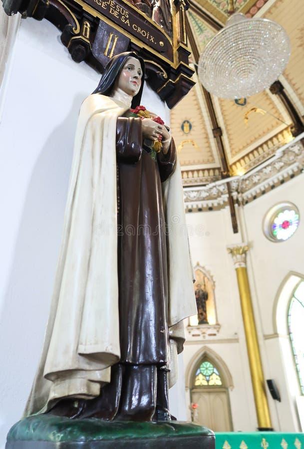 BANGUECOQUE, TAILÂNDIA – 16 DE JULHO DE 2019: Estátua de St Teresa para dentro da igreja santamente do rosário, Banguecoque, Tail imagens de stock royalty free