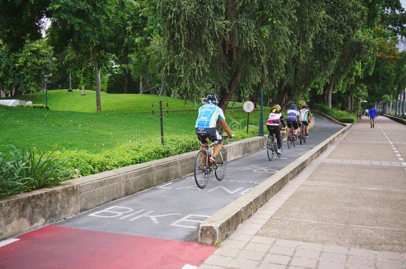 BANGUECOQUE, TAILÂNDIA 23 DE JULHO DE 2019: Homem e mulheres de ciclagem do atleta do esporte que biking o Mountain bike e fora d fotografia de stock royalty free
