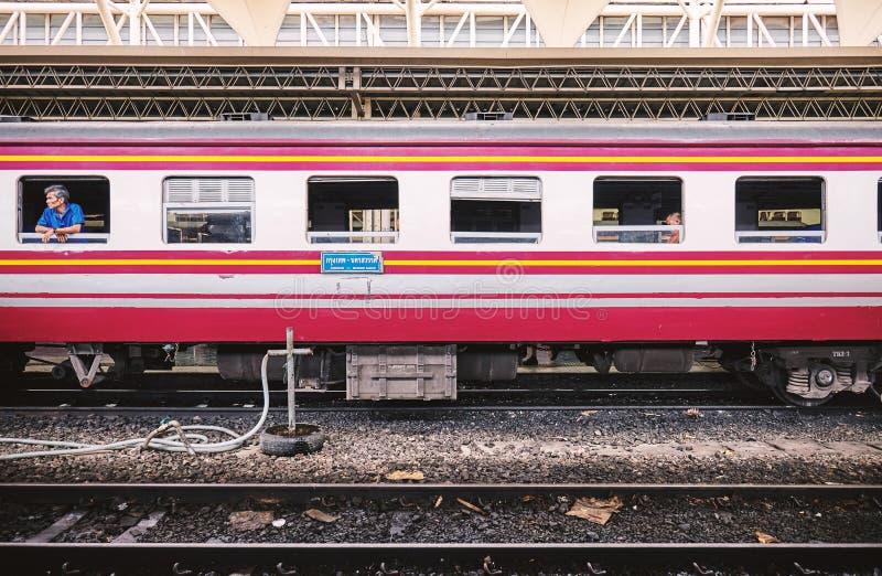 BANGUECOQUE, TAILÂNDIA - 6 de julho de 2018: Vista lateral dos bichos-papão do trem tailandês com o passageiro na partida de espe fotografia de stock royalty free