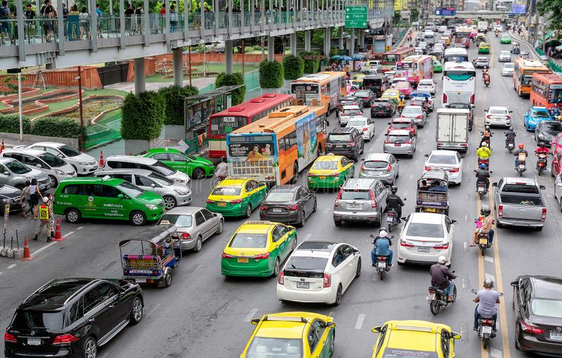 BANGUECOQUE, TAILÂNDIA - 29 DE JUNHO: Engarrafamentos e colado na estrada de Ratchadamri em Banguecoque o 29 de junho de 2019 imagem de stock