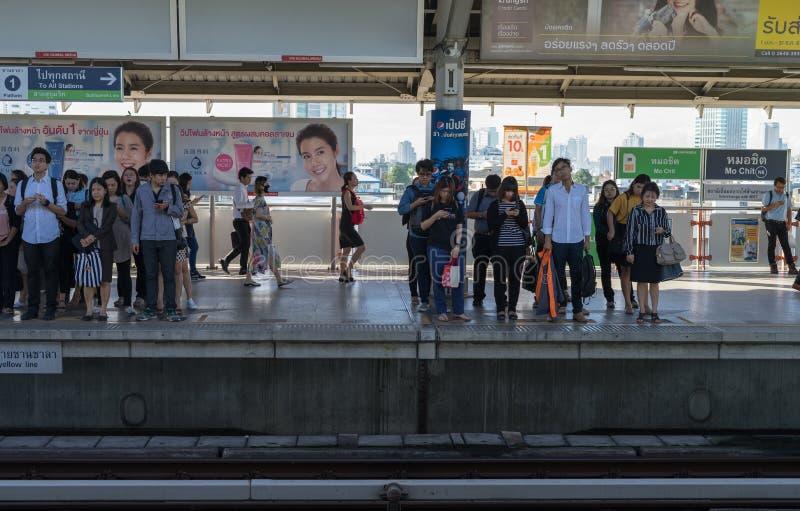 BANGUECOQUE, TAILÂNDIA - 5 DE JUNHO DE 2018: Passageiros que esperam na plataforma na estação do skytrain do BTS Mochit na manhã foto de stock royalty free