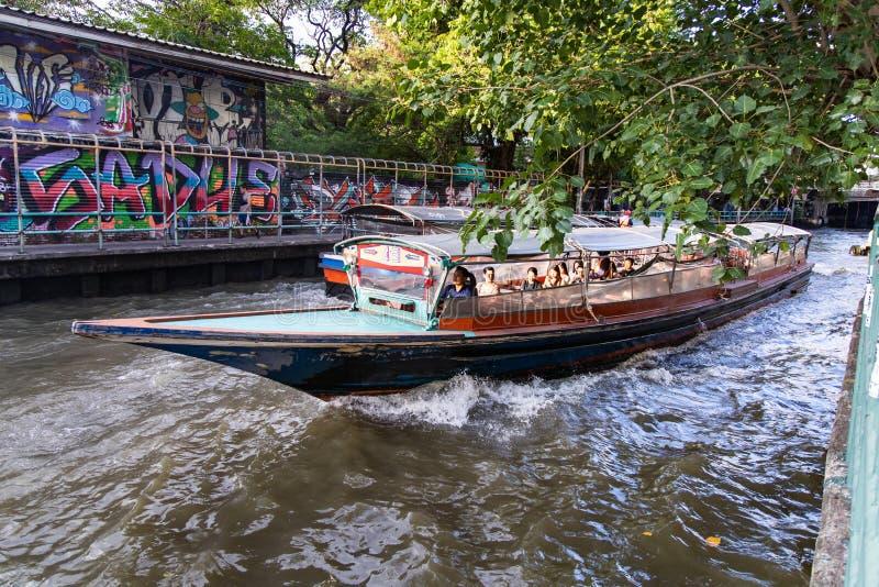 BANGUECOQUE, TAILÂNDIA - 14 de junho de 2019: Transporte da água pelo barco da velocidade em Banguecoque, Tailândia imagens de stock