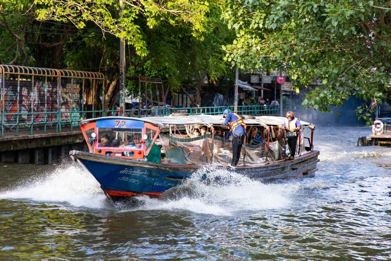 BANGUECOQUE, TAILÂNDIA - 14 de junho de 2019: Transporte da água pelo barco da velocidade em Banguecoque, Tailândia foto de stock
