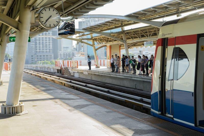 BANGUECOQUE, TAILÂNDIA - 5 DE JUNHO DE 2018: Trem de céu do BTS na plataforma da estação do mochit na manhã foto de stock