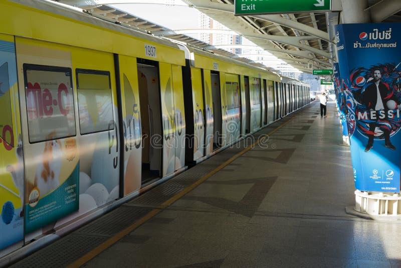 BANGUECOQUE, TAILÂNDIA - 5 DE JUNHO DE 2018: Trem de céu do BTS na plataforma da estação do mochit na manhã fotografia de stock