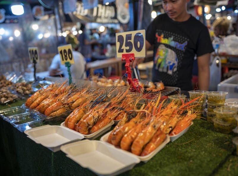 BANGUECOQUE, TAILÂNDIA - 21 DE MAIO DE 2019: Alimento da rua no mercado Ratchada da noite do trem imagem de stock royalty free