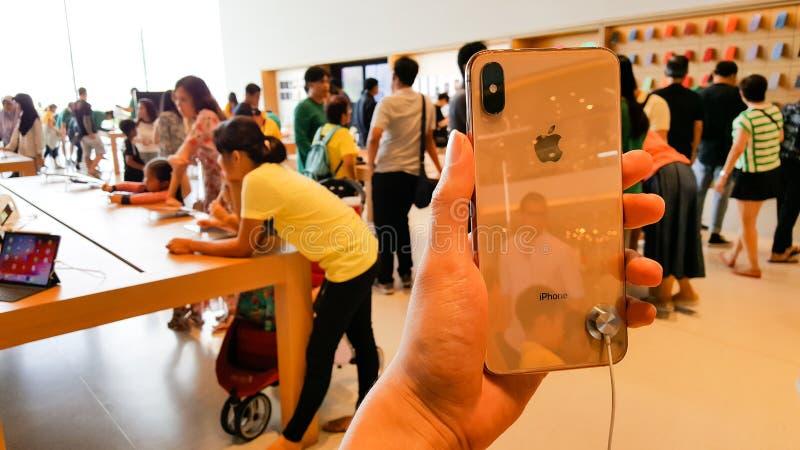 BANGUECOQUE, TAIL?NDIA - 6 DE MAIO DE 2019: O iPhone novo XS de Apple m?ximo ? indicado com verso dispon?vel no ramo de Apple Sto imagem de stock