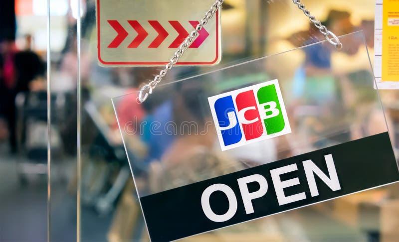 BANGUECOQUE, TAILÂNDIA - 4 DE MARÇO: Os cartões de crédito do JCB aceitados assinam dentro imagem de stock