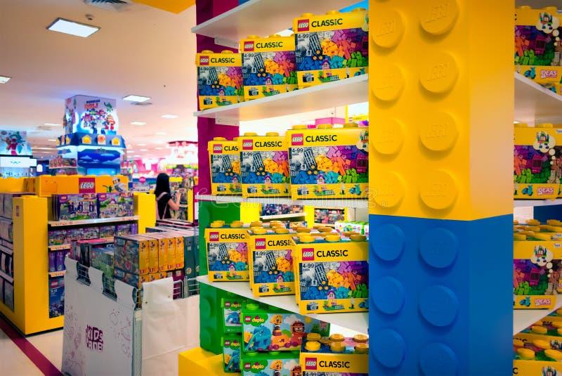 BANGUECOQUE, TAILÂNDIA - 4 DE MARÇO: Vários grupos de Lego em umas caixas no disp imagens de stock