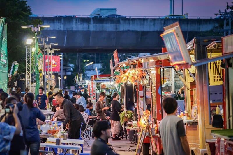 BANGUECOQUE, TAILÂNDIA - 10 de novembro de 2017: Os povos juntaram-se ao evento do foodtruck na noite, feliz ao alimento de compr imagens de stock royalty free