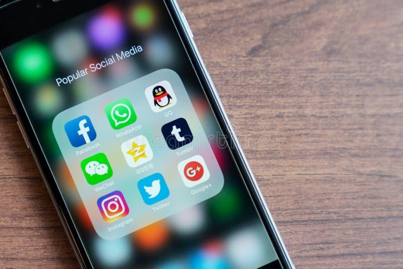 BANGUECOQUE, TAILÂNDIA - 5 de outubro de 2018: o iPhone com ícone dos meios sociais populares app é na moda em 2018 Facebook, Wha imagens de stock royalty free