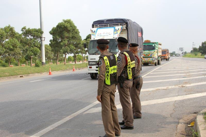 Banguecoque, TAILÂNDIA - 3 de outubro de 2018: A polícia está na borda da estrada imagens de stock royalty free