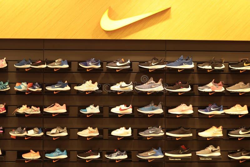 Banguecoque Tail?ndia em setembro de 2018: Sapatas de Nike na prateleira, loja de compra do esporte fotografia de stock