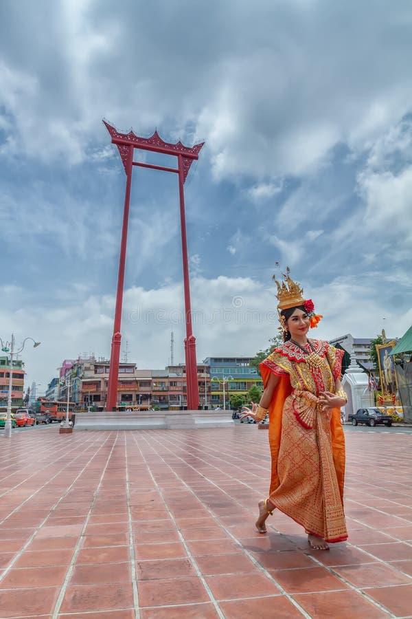 BANGUECOQUE, TAILÂNDIA - SETEMBRO 16,2018: Mulher tailandesa na dança tailandesa da mostra tailandesa tradicional do vestido do t fotos de stock