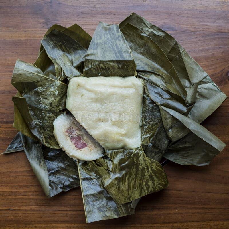 Banh Chung, kaka Tet för klibbiga ris med griskött som lagas mat och framläggas i banansidor arkivfoto