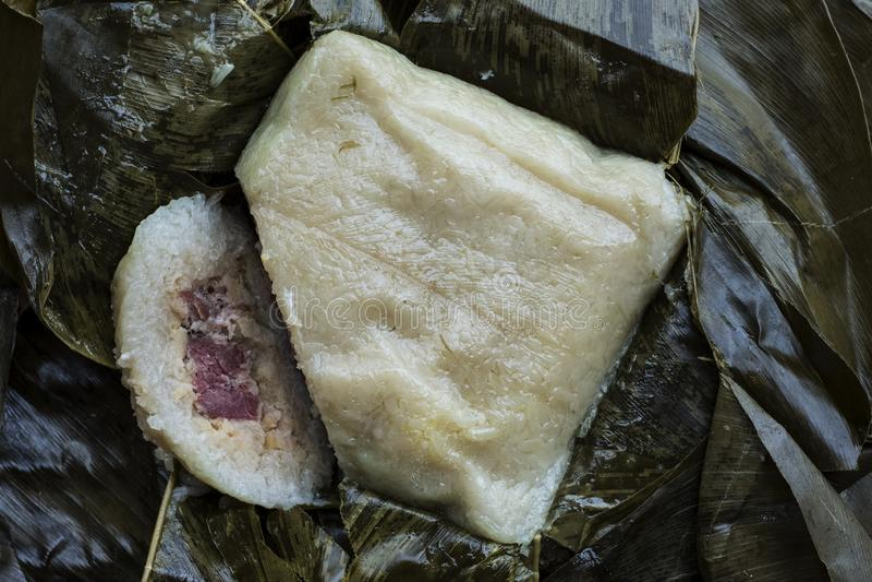 Banh Chung, kaka Tet för klibbiga ris med griskött som lagas mat och framläggas i banansidor fotografering för bildbyråer