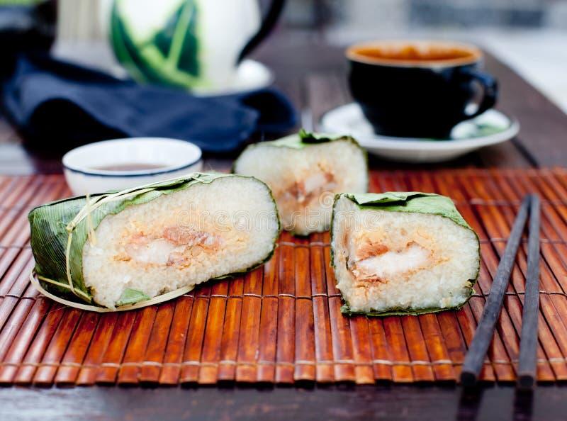 Banh Chung, traditionelles Geschenk für neues Mondjahr, vietnamesischer Teller stockbild