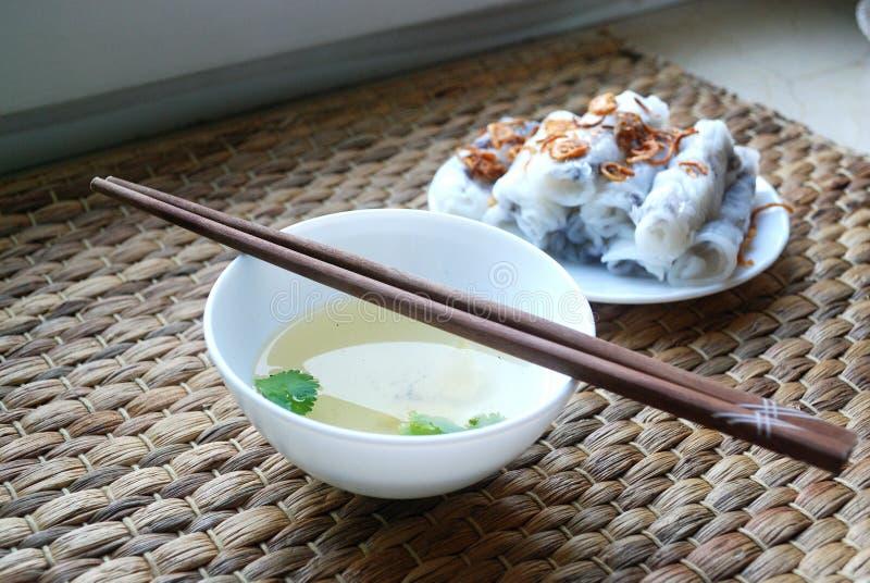 Banh wietnamczyk dekatyzował ryżowe rolki z minced mięsa inside towarzyszącym pucharem rybi kumberland fotografia royalty free